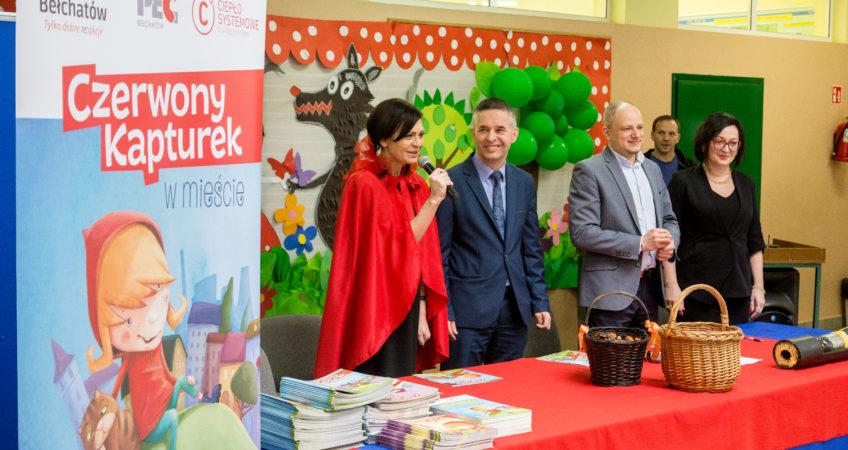 Zdjęcie przedstawia prowadzących Lekcję ciepła w szkole - Prezydenta Miasta Bełchatowa, Zarząd PEC Bełchatów oraz Dyrektora Szkoły Podstawowej nr 1 w Bełchatowie