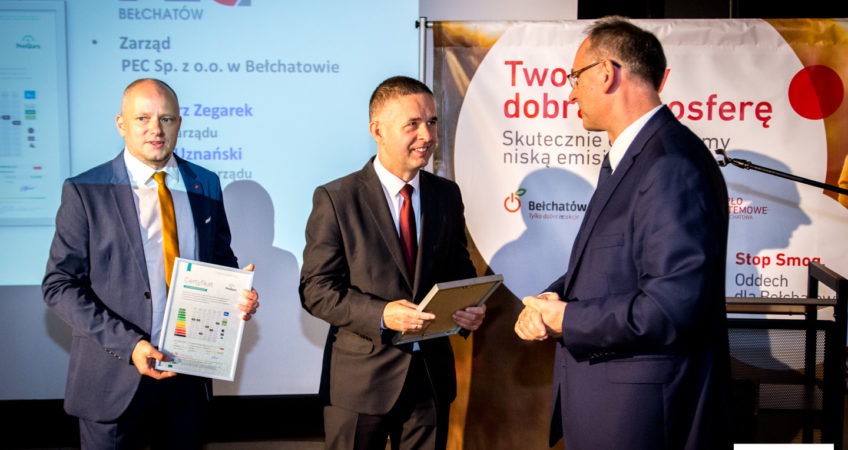 Zdjęcie przedstawia przedstawicieli Zarządu PEC Bełchatów odbierających Certyfikat Redukcji Niskiej Emisji z rąk przedstawiciela ICEB z Krakowa, Adolfa Mirowskiego.