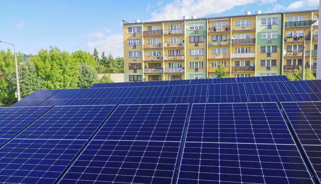 Zdjęcie przedstawia instalację fotowoltaiczną na budynku węzła cieplnego os. Dolnośląskie 341 w Bełchatowie