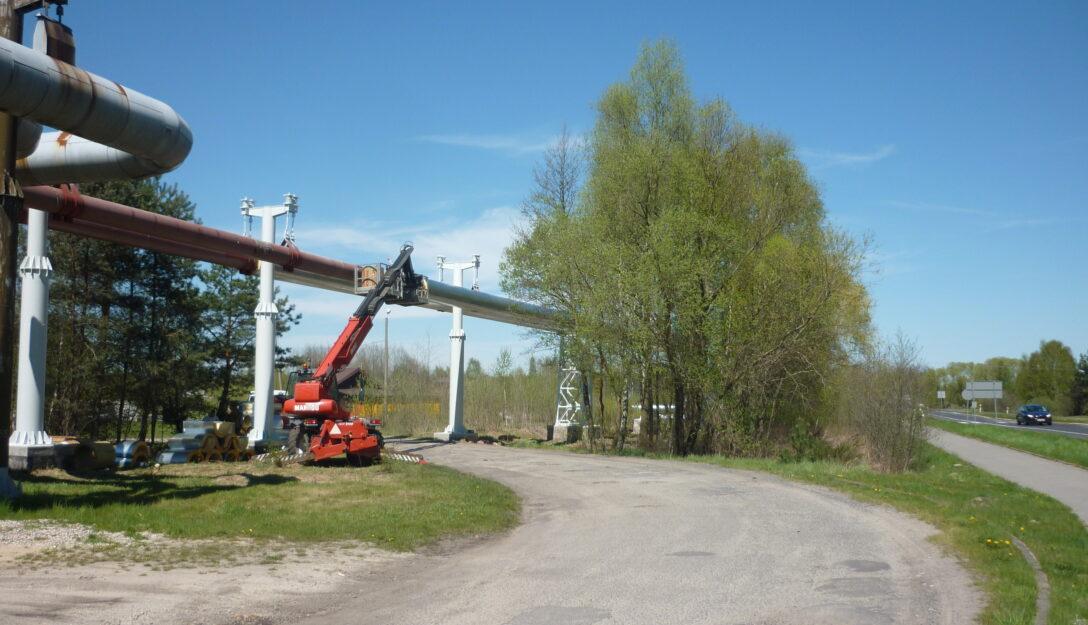 Zdjęcie przedstawia fragment sieci napowietrznej wzdłuż drogi Bełchatów-Rogowiec.