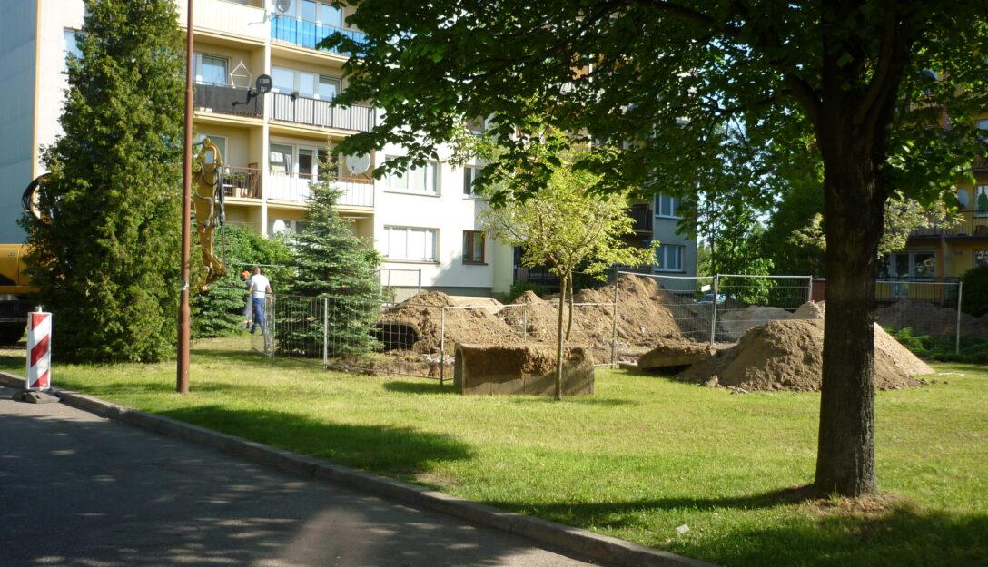 Zdjęcie przedstawia prace budowlane na os. Czaplinieckim bl. 1-4 obejmujące przebudowę sieci ciepłowniczej.